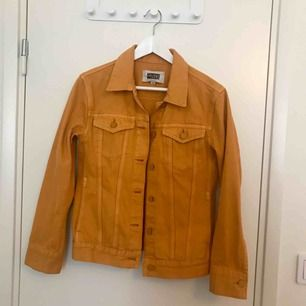 Jättefin gul jeansjacka från weekday, använd enstaka gånger. Nypris 600 tror jag!! Passar en S lika bra 💕💖 Möts i Stockholm annars tillkommer frakt!