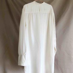 Skjorta i 100% siden från ARKET Med superfint fall. Använd en gång, Storlek S. Nypris 1250kr.
