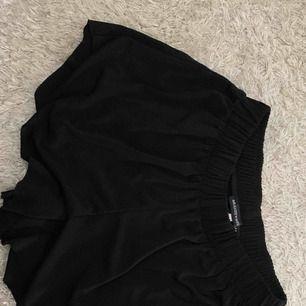 Fina flowy shorts från brandy Melville, aldrig använda stl S (minsta), kan skicka bild hur de ser ut på privat!