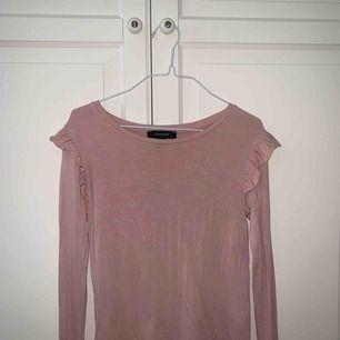 Jättefin ljus-gammalrosa tröja med volanger på ärmarna, stl xs