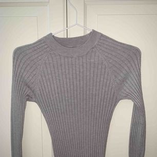 Ribbad grå tröja från Gina, stl xs, aldrig använd!