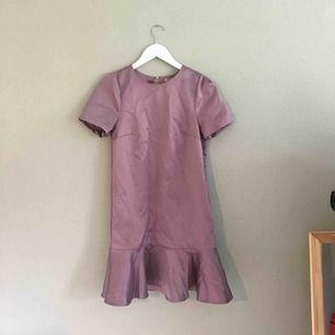 Lila klänning i 100% polyester