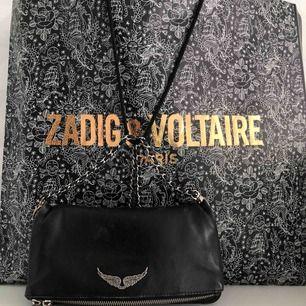 Väska, köpt på Zadig Voltaire för 3000kr för ca 1 år sedan. Väldigt bra skick men har tappat färgen på vissa delar som man ser på bilderna men det är inget jag själv tänker på jätte mycket. Säljer den pga att jag inte använder den längre.