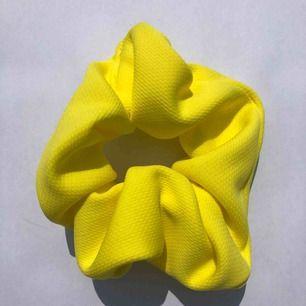Starkt gul scrunchie ⚡️7:- frakt 💌