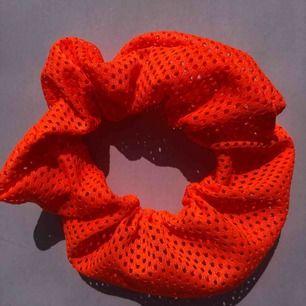 Neon orange scrunchie 🔥 frakt 7:- 💌