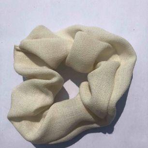 Krämvit scrunchie 🍨 frakt 7:- 💌