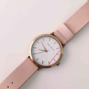 En klocka från märket the fifth i färgerna ljusrosa/beiget & guldigt. Den är lite använd, men i bra skick. Ny kostade klockan runt 1000, dock är det en utgången modell. Hör av er om ni är intresserade! 💛