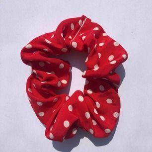 Röd vitprickig scrunchie 🌹☁️ frakt 7:- 💌