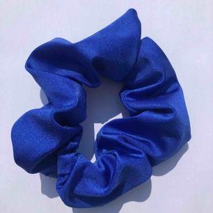 Mörkblå glansig scrunchie 🌊 frakt 7:- 💌