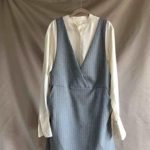 Halt ny grå klänning med fickor.  Jag tycker att den snarare känns som en strl 38, fin att ha lite overzised så att du får plats m något under likt bilden. Vid fler intressenter går köpet till den som lägger högst bud.