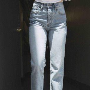 Säljer dessa skit snygga brandy Melville jeans i storlek s, samma modell som på bilden! Använda men bra skick.