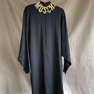 Skimrande svart klänning med dragkedja framtill. Faller jättefint. Ok begagnat skick. Vid fler intressenter går köpet till den som budar högst