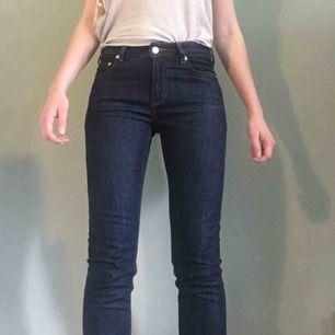 mörkblå Jeans i rak modell från samsoe samsoe.Knappt använda