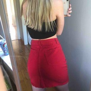 Jättesnygg röd jeanskjol, jeanskjol, endast provad, prislapp kvar, möts upp i Stockholm eller fraktar, orginal pris: 330kr