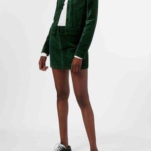 Grön kjol i sammetsaktigt material i superbra skick från weekday. Så otroligt fin men använder den alldeles för sällan. Pma för fler bilder! 150 kronor inklusive frakt, men priset kan diskuteras!