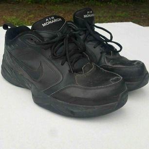 Nike air monarch black on black. Testade och använd 2 gånger. Nypris: 560kr ungefär. Frakt står köpare för. Betalning sker på Swish.