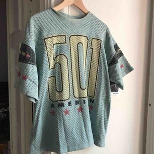 Vintage Levis T-shirt . 80/90-tal. Dubbla lager tyg så tjockare än en normal T-shirt. Väl använt skick. Kan hämtas i Uppsala eller skickas.