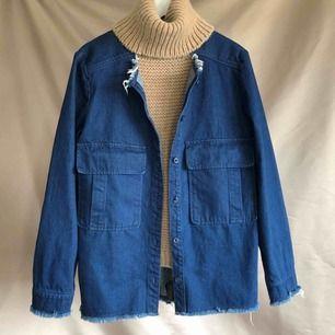 Jeansjacka i bra begagnat skick. Jag har använt den som oversized, jättesnyggt.  Vid fler intressenter går köpet till den som lagt högst bud.