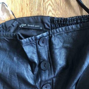 Helt ny, oanvänd, svart tubklänning i skinnlook från Sisters point.  Storleken är Medium och nypris 500:-