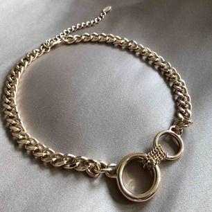 Fin, oanvänd halskedja från zara. 50 cm lång totalt. Vid fler intressenter går köpet till den som budat högst.