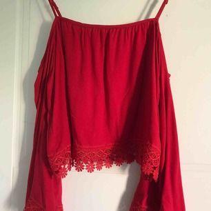 En jättefin röd sommar tröja som är axellös. Hade den en skolavslutning, men har tyvärr inte kommit till användning igen. Det står XS men skulle säga att den passar på S människor också