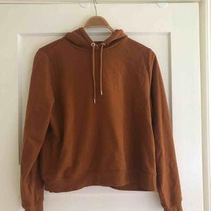 Croppad hoodie från monki i en nude/brun/orange färg. Använd högst 2 gånger. Storlek M men mer som S skulle jag säga. Kontakta för mer information.