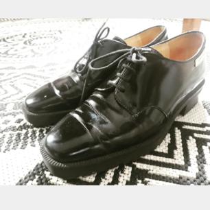Stilrena skor i väldigt fint skick! Perfekt till både vardags och fest. Det står att det är 36 men dem är stora i storleken. Köpare står för frakt.