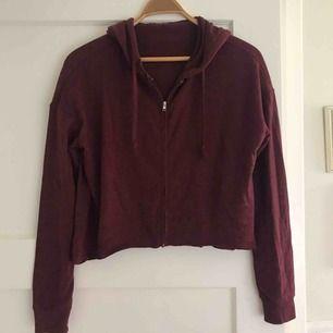 Vinröd croppad tröja i ett tunt mjukt material. Används aldrig så är i ett mycket bra skick. Kontakta för mer information.