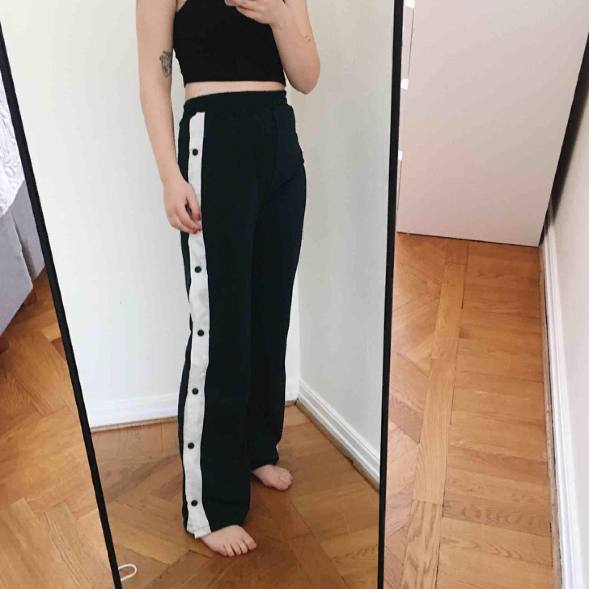 Mörkgröna byxor köpa på beyond retro, säljs pga används inte längre. Jeans & Byxor.