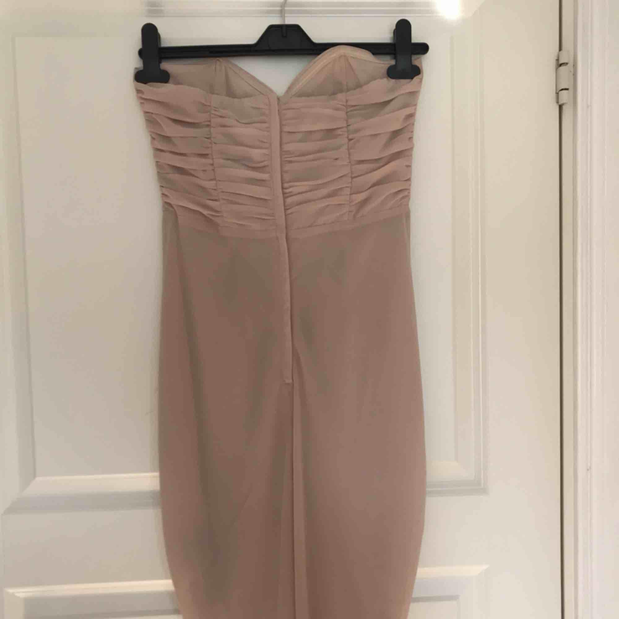 Beige klänning från hm, perfekt till skolavslutning eller bal. Använd 1 gång men kommer tyvärr inte till användning. Klänningar.