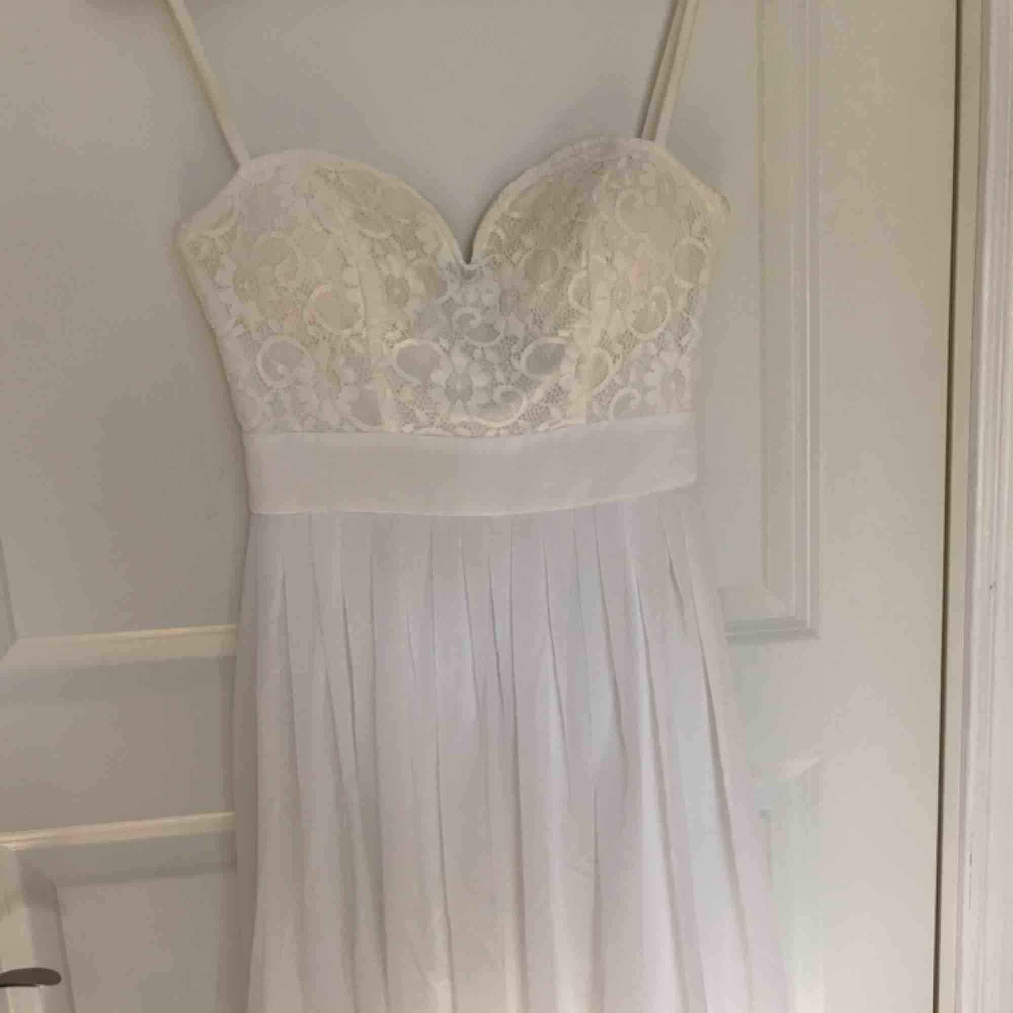 Jättefin klänning från Elise Ryan, perfekt till skolavslutning eller bal. Använd 1 gång men kommer tyvärr inte till användning mer.. Klänningar.