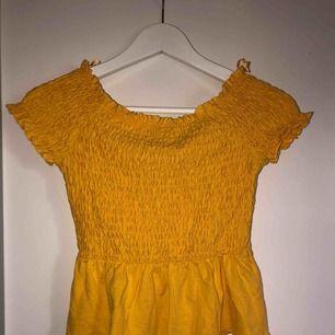 Gul off the shoulder tröja från Gina Tricot. Väldigt lite använd. Strl XS Pris: 25kr Frakt:75kr