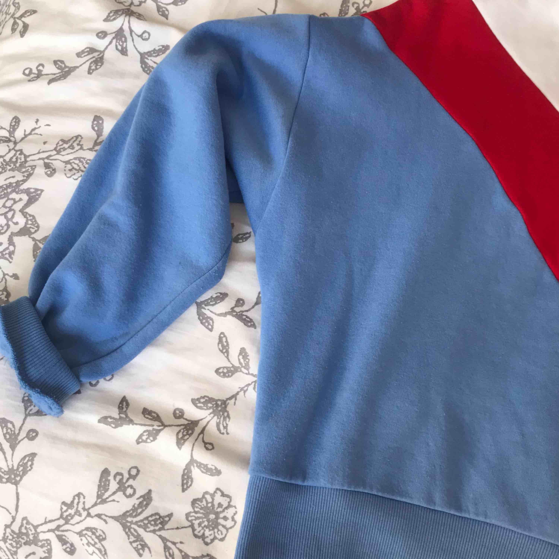 Superskön och mysig collegetröja från H&M, nypris 149kr!! Passar XS-M skulle jag säga, använd 2 ggr, i nyskick alltså.. Huvtröjor & Träningströjor.