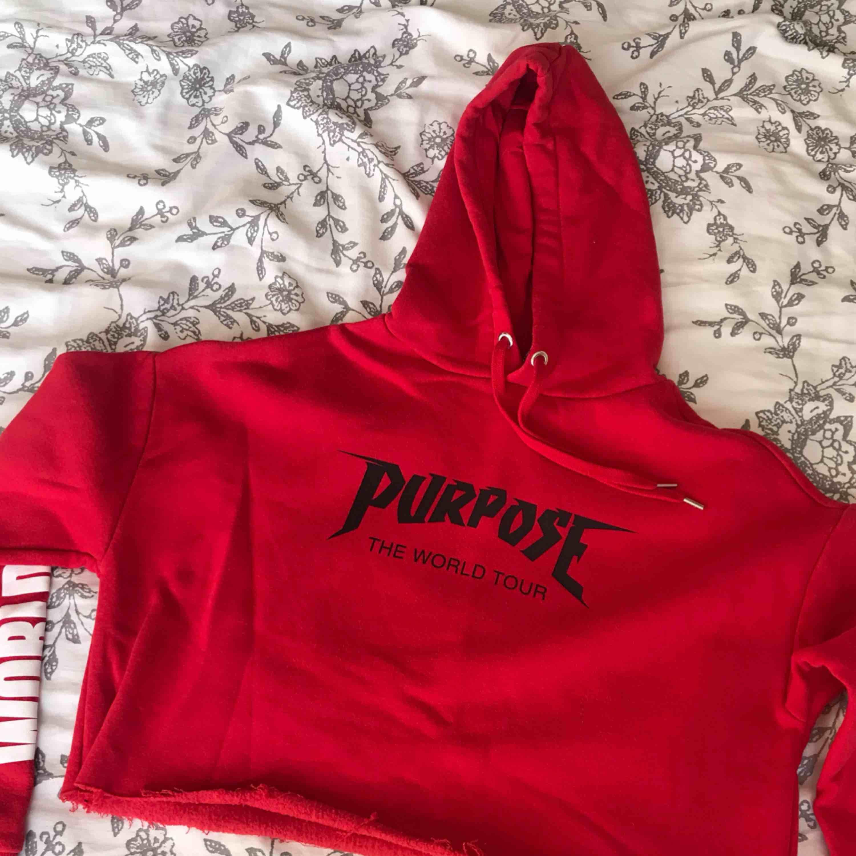 Jätteskön croppad hoodie från Justin Bieber X H&M, storlek XS men passar även en S. . Huvtröjor & Träningströjor.