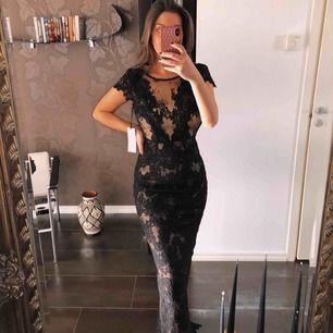 En otroligt fin klänning som passar perfekt till balen. Köptes på Melrose Co. i Kungsbacka för 3.999 kr. Den är ALDRIG använd, enbart testad. Prislappen sitter kvar. Priset kan diskuteras!