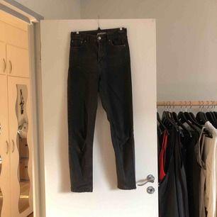 "Mom jeans från topshop. Lite ""slitna"" detaljer."