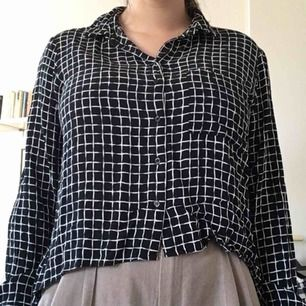 Skjorta från topshop, använd men i fint skick, hel. Har en high-low underkant men märks inte instoppat. Kan mötas i sthlm annars tillkommer frakt.