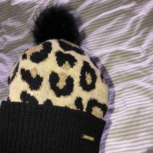 Leopard mössa ifrån River Island. Aldrig använd. Onesize. Pris kan disskuteras! Finns att hämtas i Norrköping elr fraktas med postnords S påse: 42kr frakt. 💕