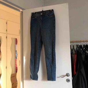 Mom jeans från topshop. Använd fåtal gången och i väldigt bra skick. Snygg slitdetalj vid framfickorna. Köparen står för frakten.
