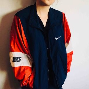 VINTAGE 90-Tals Nike-jacka. Fint skick och perfekt för sommaren! Liten Fraktkostnad tillkommer