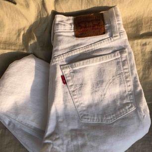 Vita jeans i modellen 501 skinny från Levi's. Använda fåtal gånger så väldigt bra skick! Perfekta till sommaren. Köparen står för eventuell fraktkostnad annars möter jag upp i Lund/Malmö
