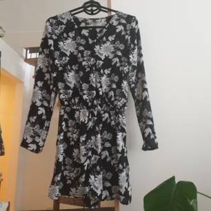 Fin långärmad svartvit playsuit/jumpsuit i storlek s  Blomster mönster Från h&m Finns i Malmö annars frakt är 42kr
