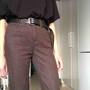 Bruna jeans köpta second hand, avklippta längst ner