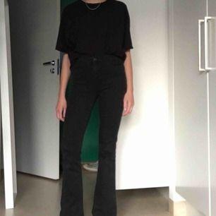 Svarta utsvängda jeans från Gina Tricot
