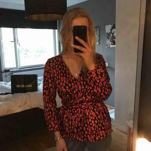 Supersnygg leopardmönstrad omlottsblus ifrån peices, köpt i köpenhamn och andvänd en gång! Pm för mera bilder💕