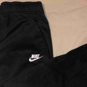 Säljer mina träningsbyxor från Nike Sportwear.  Använda sällan men är väldigt bekväma och är i bra skick. Storlek L i barnstorlek, men passar mig utmärkt som är 165.