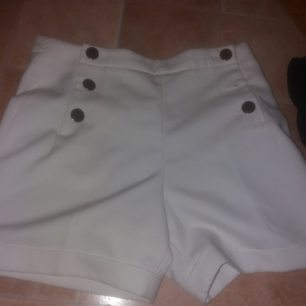Vita högmidjade kostym shorts med guld knappar nästan helt oanvända shortsen har även fickor