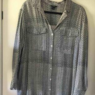 Längre skjorta från Lindex, sparsamt använd. Funkar lika bra till bara ben som till byxor. Djur-och rökfritt hem. Köpare står för frakt.
