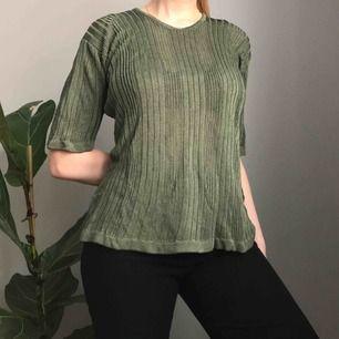 💌Frakt ingår!💌 Unik stickad tröja i olivgrön med ett metalliskt skimmer från Wico • i storlek XL men passar även S/M för en mer oversized fit!