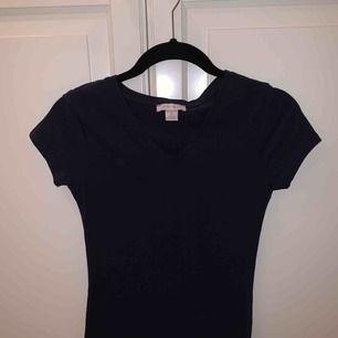 Fin v-ringad tröja använd 1 gång, marinblå